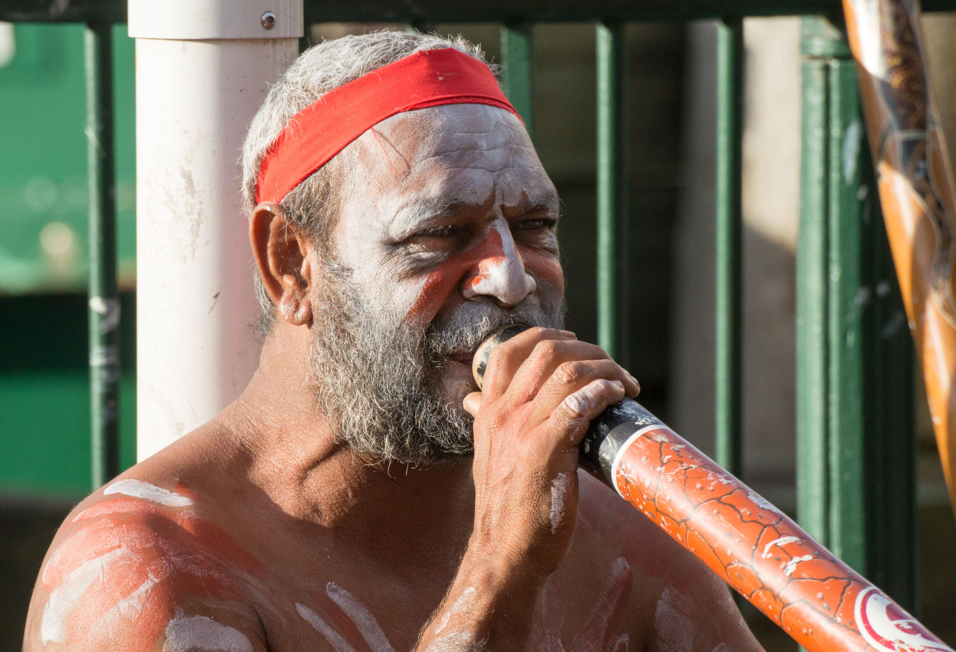 Aboriginal bespeelt de didgeridoo