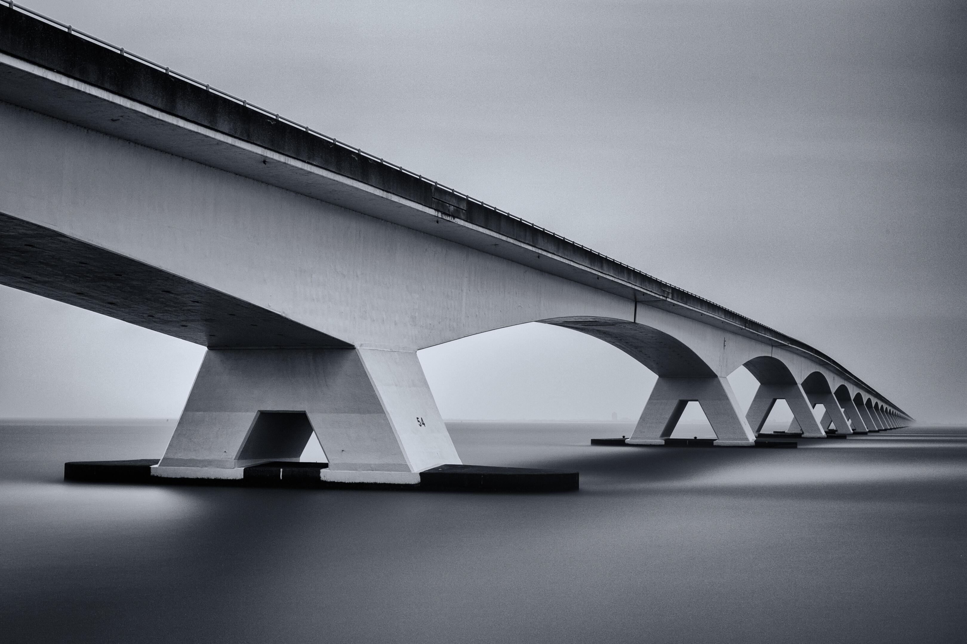 Zeelandbrug in zwart/wit